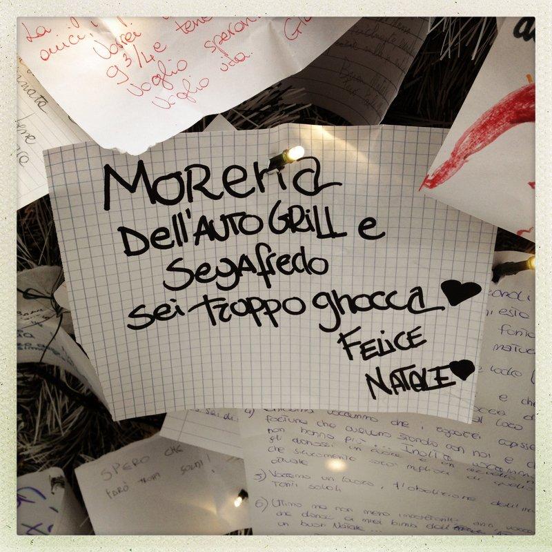 Questa è chiaramente pubblicità occulta. Dalla calligrafia si capisce che è stata la stessa Morena a scrivere il biglietto, per portare clienti al suo bar.